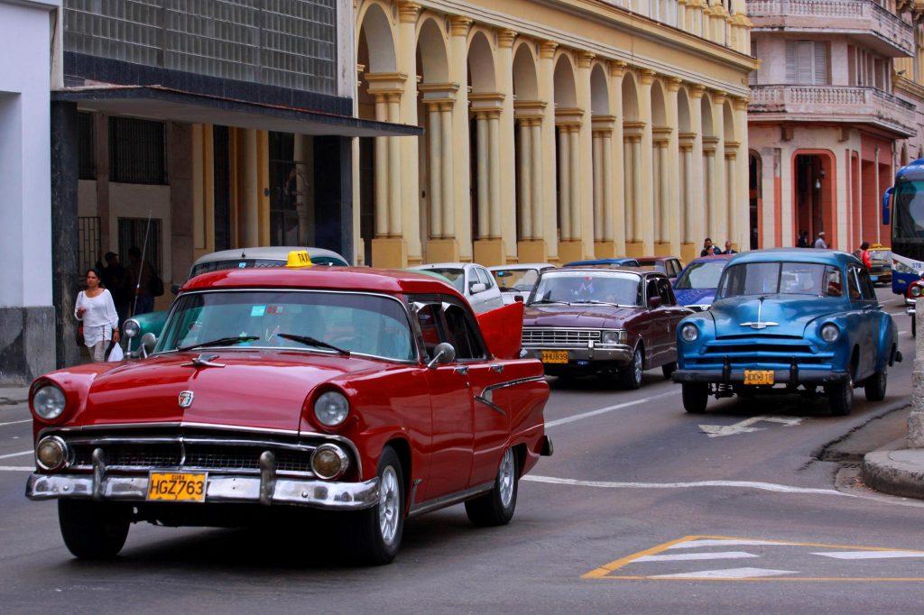 1950-luvun autot Havannan kaduilla. © Guillaume Baviere